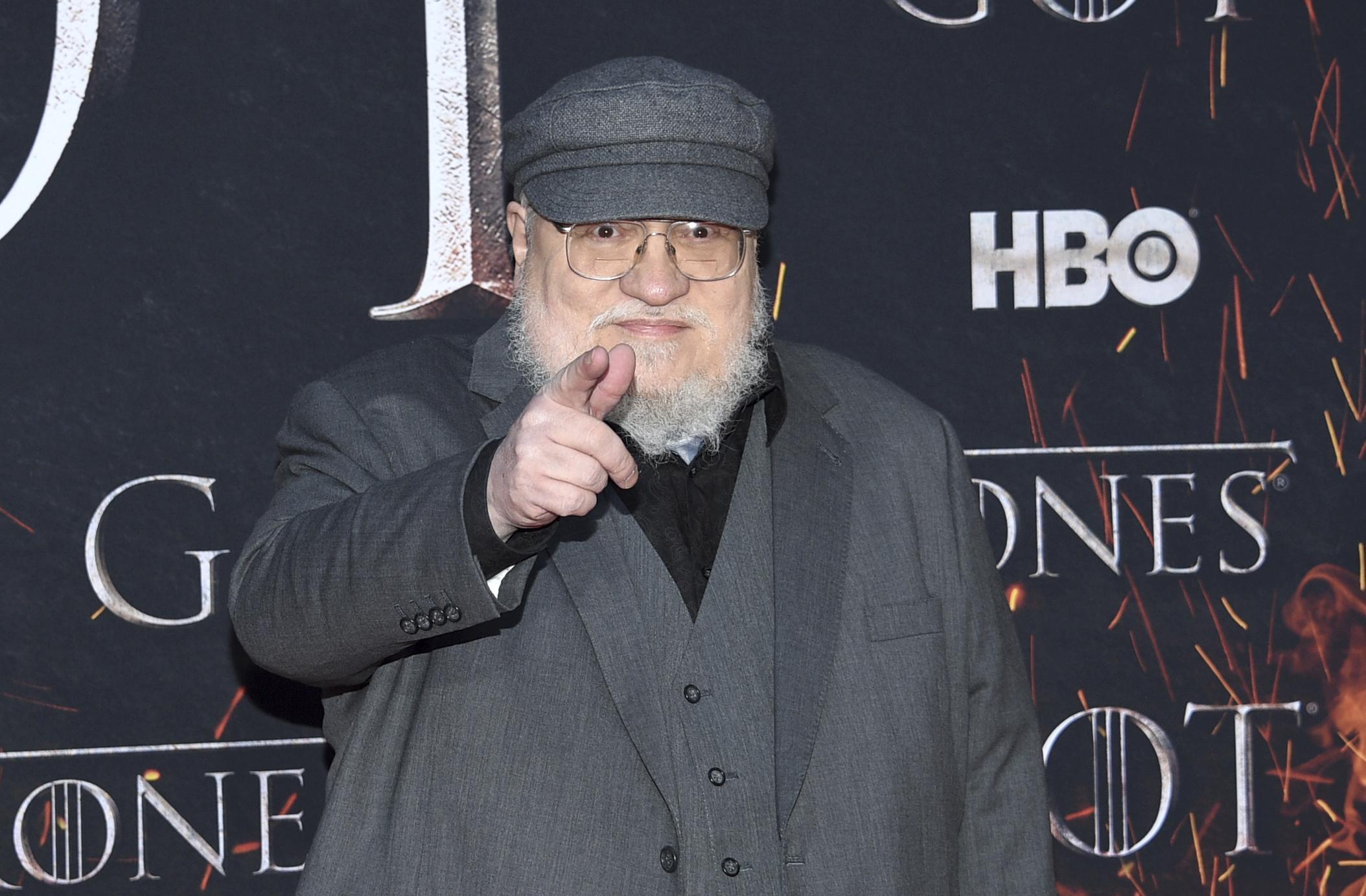 """Lỡ miệng hứa sẽ xuất bản sách mới trong tháng 7/2020, cha đẻ của Game of  Thrones bị fan đòi """"bắt giam"""" vì mãi vẫn chưa thấy sách đâu"""