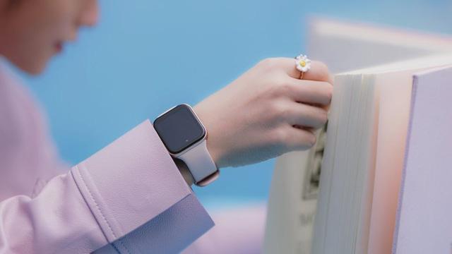 Té ngửa với chiếc đồng hồ Sơn Tùng M-TP đeo trong MV mới: Nhìn xa cứ ngỡ Apple, nhìn gần mới biết thì ra… Oppo - Ảnh 1.