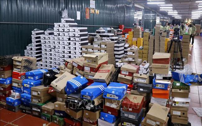 Đột kích kho hàng lậu 10.000 m2 chuyên livestream bán hàng nhái trên Facebook - Ảnh 1.