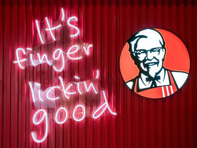 Sau 64 năm, KFC phải ngừng dùng slogan Vị ngon trên từng ngón tay vì không hợp thời với Covid-19 - Ảnh 2.