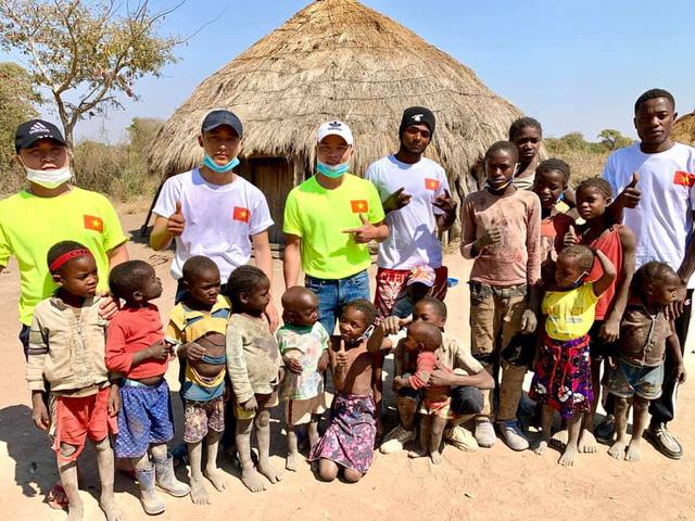 Review cuộc sống ở châu Phi, youtuber Việt đạt 1 triệu đăng ký sau 1 năm, thu nhập vài trăm triệu/tháng, thường xuyên làm từ thiện cho người nghèo - Ảnh 8.