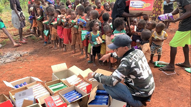 Review cuộc sống ở châu Phi, youtuber Việt đạt 1 triệu đăng ký sau 1 năm, thu nhập vài trăm triệu/tháng, thường xuyên làm từ thiện cho người nghèo - Ảnh 9.