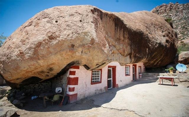 Cảnh tượng choáng ngợp khi tảng đá khổng lồ nặng gần 1.000 tấn đè lên ngôi nhà nhưng không sập, điều kiện sống bên trong còn tuyệt vời hơn - Ảnh 1.