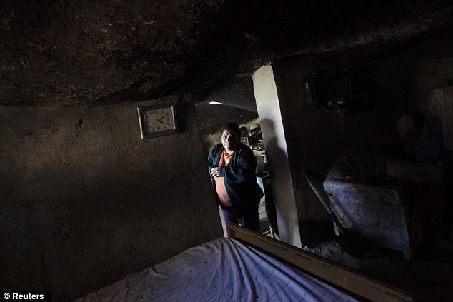 Cảnh tượng choáng ngợp khi tảng đá khổng lồ nặng gần 1.000 tấn đè lên ngôi nhà nhưng không sập, điều kiện sống bên trong còn tuyệt vời hơn - Ảnh 5.