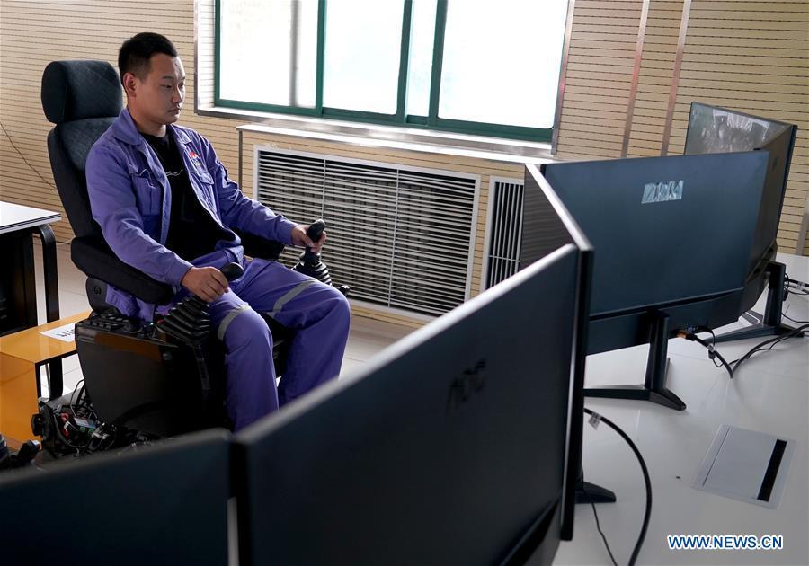 Công nhân mỏ Trung Quốc điều khiển máy móc từ xa bằng mạng 5G, chẳng khác nào đang chơi điện tử ngoài đời thật - Ảnh 1.