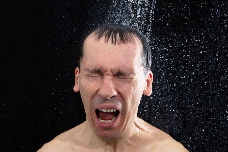 Tắm khi trời đang bão có nguy hiểm không? 12 điều phải nhớ nằm lòng để an toàn trong mùa mưa bão - Ảnh 1.