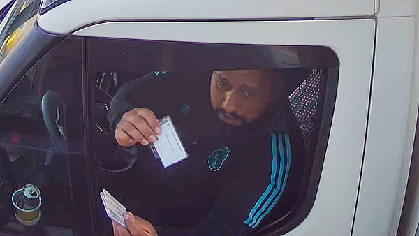 Người đàn ông bị bắt vì ăn trộm 6 thùng Apple Watch trị giá 14,6 tỷ đồng - Ảnh 1.