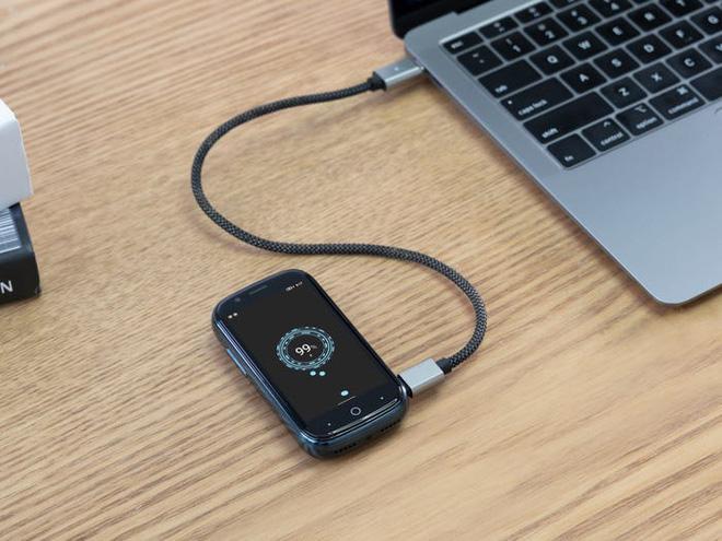 Quên điện thoại màn hình lớn đi, chiếc smartphone tí hon này mới đang là tâm điểm của sự chú ý - Ảnh 2.