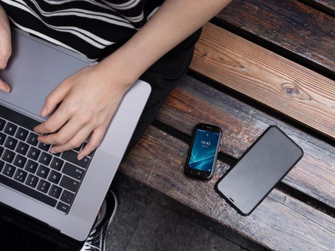 Quên điện thoại màn hình lớn đi, chiếc smartphone tí hon này mới đang là tâm điểm của sự chú ý - Ảnh 4.