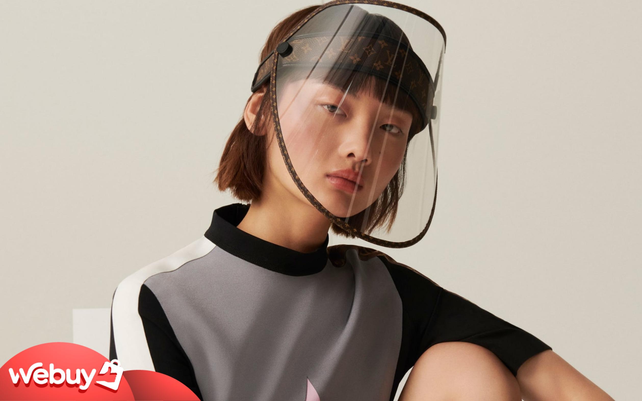 Chống dịch sang chảnh kiểu Louis Vuitton: Khiên che mặt nhìn vô cùng tầm thường, gắn thêm logo LV vào là giá độn lên cả nghìn đô