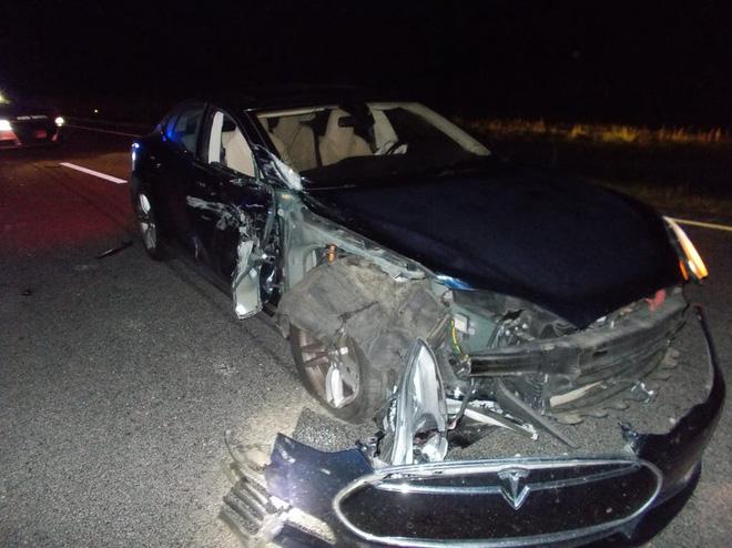 Xe Tesla đâm vào xe cảnh sát ở chế độ tự lái - Ảnh 1.