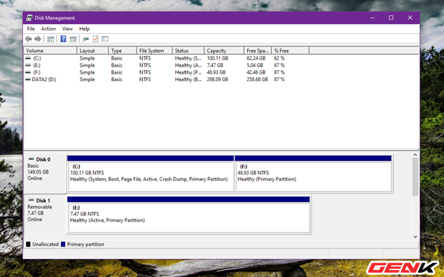 Cửa sổ Disk Management xuất hiện và danh sách các phân vùng, cũng như các ổ cứng gắn ngoài, USB sẽ hiện diện đầy đủ và dễ quan sát.
