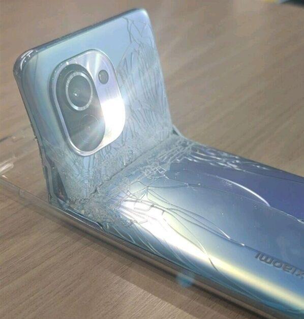 Đây là chiếc Xiaomi Mi 11 đầu tiên bị phá hỏng, theo kiểu muốn biến thành điện thoại gập - Ảnh 1.