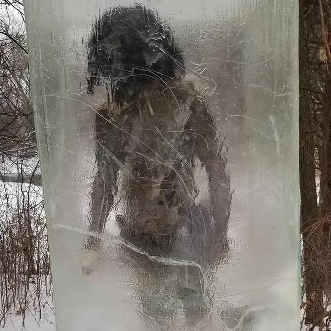 Người thượng cổ bị mắc kẹt trong tảng băng to tướng ngay giữa công viên khiến cõi mạng dậy sóng, dân địa phương hoang mang - Ảnh 4.