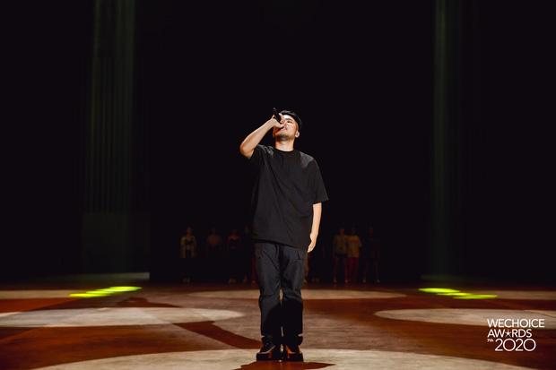 Trước giờ G Gala WeChoice Awards: Hoàng Thùy Linh và Dế Choắt cực tình tứ, Bích Phương cõng gấu siêu đáng yêu bên dàn rapper trai trẻ - Ảnh 1.