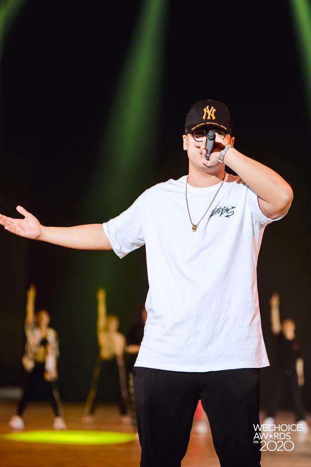 Trước giờ G Gala WeChoice Awards: Hoàng Thùy Linh và Dế Choắt cực tình tứ, Bích Phương cõng gấu siêu đáng yêu bên dàn rapper trai trẻ - Ảnh 2.