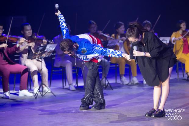 Trước giờ G Gala WeChoice Awards: Hoàng Thùy Linh và Dế Choắt cực tình tứ, Bích Phương cõng gấu siêu đáng yêu bên dàn rapper trai trẻ - Ảnh 11.