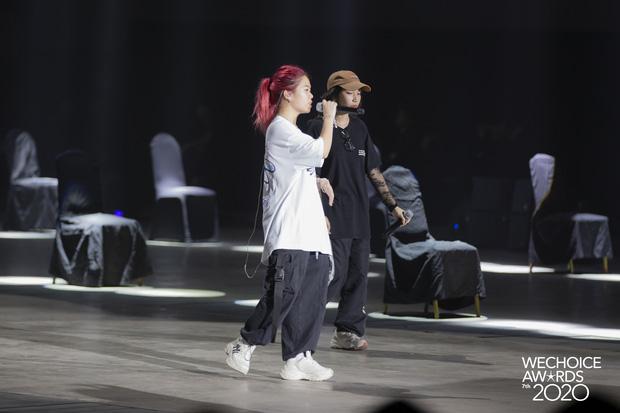 Trước giờ G Gala WeChoice Awards: Hoàng Thùy Linh và Dế Choắt cực tình tứ, Bích Phương cõng gấu siêu đáng yêu bên dàn rapper trai trẻ - Ảnh 12.