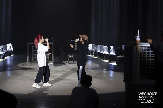 Trước giờ G Gala WeChoice Awards: Hoàng Thùy Linh và Dế Choắt cực tình tứ, Bích Phương cõng gấu siêu đáng yêu bên dàn rapper trai trẻ - Ảnh 13.