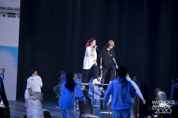 Trước giờ G Gala WeChoice Awards: Hoàng Thùy Linh và Dế Choắt cực tình tứ, Bích Phương cõng gấu siêu đáng yêu bên dàn rapper trai trẻ - Ảnh 15.