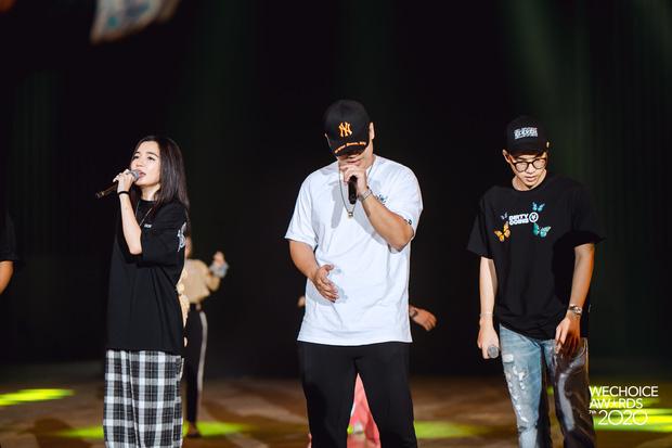 Trước giờ G Gala WeChoice Awards: Hoàng Thùy Linh và Dế Choắt cực tình tứ, Bích Phương cõng gấu siêu đáng yêu bên dàn rapper trai trẻ - Ảnh 3.