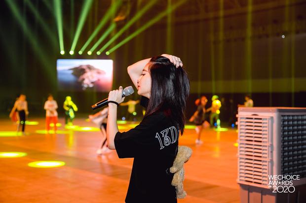Trước giờ G Gala WeChoice Awards: Hoàng Thùy Linh và Dế Choắt cực tình tứ, Bích Phương cõng gấu siêu đáng yêu bên dàn rapper trai trẻ - Ảnh 4.