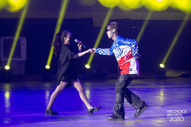 Trước giờ G Gala WeChoice Awards: Hoàng Thùy Linh và Dế Choắt cực tình tứ, Bích Phương cõng gấu siêu đáng yêu bên dàn rapper trai trẻ - Ảnh 8.