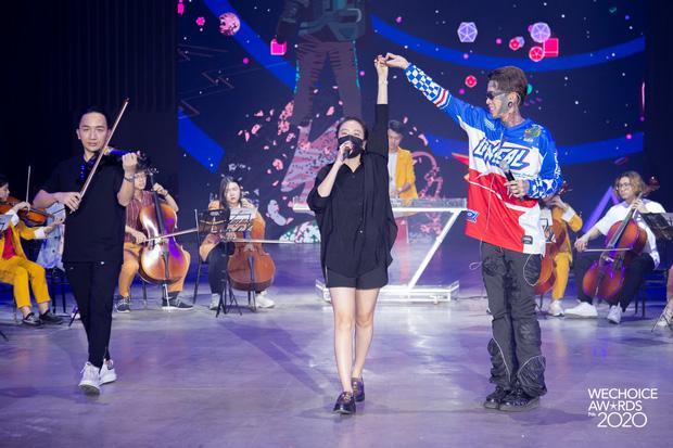 Trước giờ G Gala WeChoice Awards: Hoàng Thùy Linh và Dế Choắt cực tình tứ, Bích Phương cõng gấu siêu đáng yêu bên dàn rapper trai trẻ - Ảnh 9.