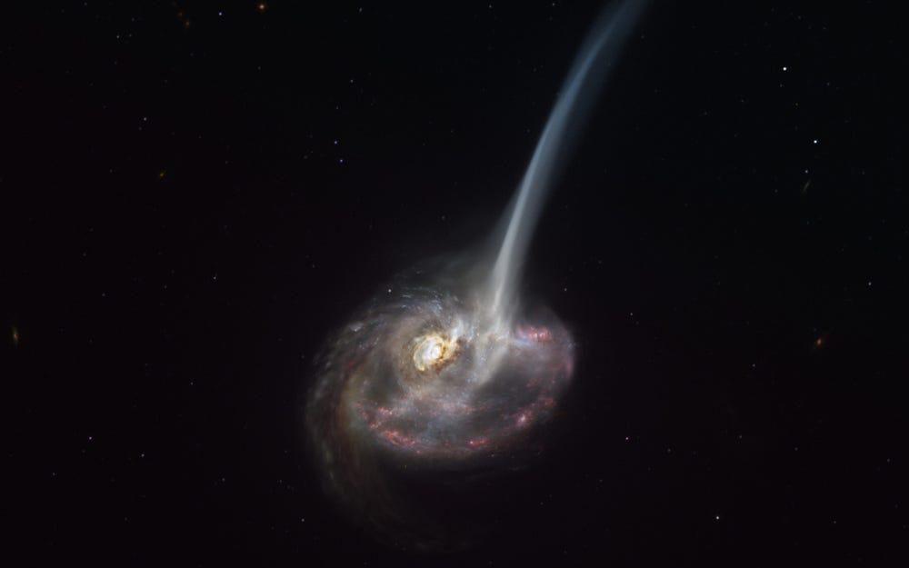 """Thiên hà """"có đuôi"""" này đang chết, mỗi ngày rò rỉ ra không gian lượng vật chất tương đương 10.000 ngôi sao"""