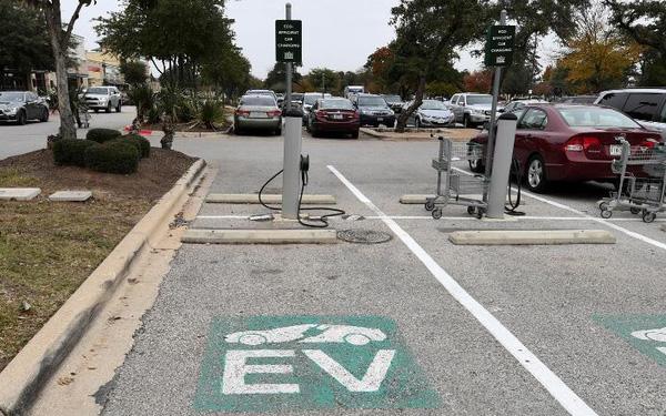 Ông Biden hứa chi 20 tỷ USD thay thế toàn bộ 650.000 xe của chính phủ bằng xe điện: Cơ hội bùng nổ dành cho Elon Musk! - Ảnh 1.
