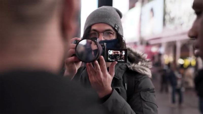 Món phụ kiện đơn giản này giúp mẫu ảnh tự nhìn thấy mình trước ống kính để tạo dáng - Ảnh 2.