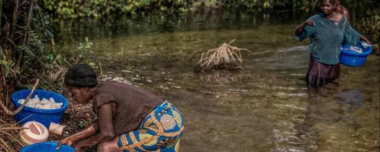 Hàng chục nghìn dân làng bị tê liệt một cách kỳ lạ và căn bệnh bí ẩn không liên quan đến vi khuẩn và vi rút đã khiến các chuyên gia phải đau đầu - Ảnh 9.