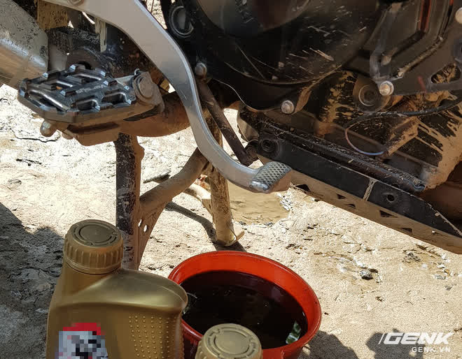 Thay dầu xe máy là chuyện bình thường, thế nhưng ngay cả những thợ sửa xe đến hói cả đầu vẫn còn nhầm lẫn - Ảnh 2.