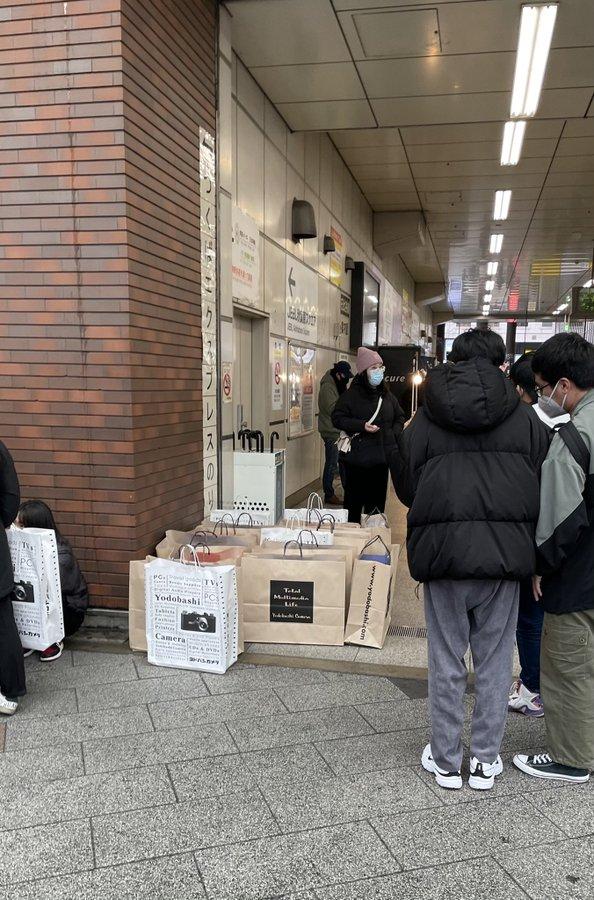 Bất chấp Covid-19, game thủ Nhật vẫn chen nhau đi mua PS5 - Ảnh 9.