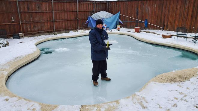 Loạt ảnh siêu thực về giá rét tại Texas: Bể cá hóa đá, tuyết rơi dày làm sập trần nhà - Ảnh 13.
