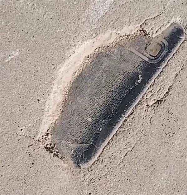 Mất điện thoại 3 năm, thanh niên bất ngờ tìm thấy máy bị chôn dưới mặt đường xi-măng - Ảnh 1.