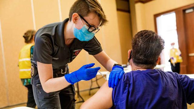 Gần 1 nửa dân số Israel tiêm vắc-xin Pfizer-BioNTech: Ngăn ngừa tử vong do COVID-19 hiệu quả tới 99% - Ảnh 2.