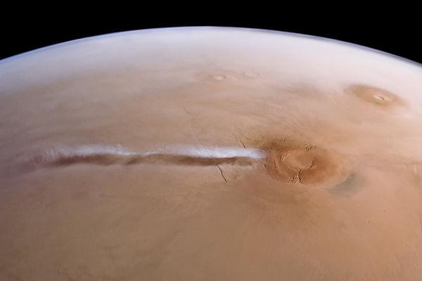 Các nhà khoa học khám phá bí mật về đám mây trắng kỳ lạ dài tới 1800km trên sao Hỏa - Ảnh 2.