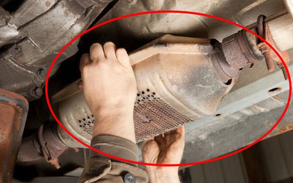 Mánh khóe khôn lỏi của những tay trộm ô tô vặt: Chui xuống gầm xe để trộm thiết bị chứa 2 thứ đắt hơn vàng - Ảnh 2.