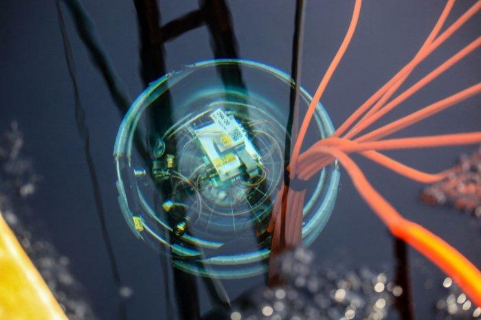 Kính viễn vọng bị nhấn chìm hàng nghìn mét dưới hồ sâu nhất thế giới để tìm hạt ma quỷ - Ảnh 1.