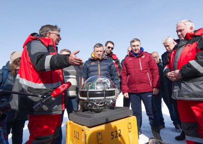 Kính viễn vọng bị nhấn chìm hàng nghìn mét dưới hồ sâu nhất thế giới để tìm hạt ma quỷ - Ảnh 2.