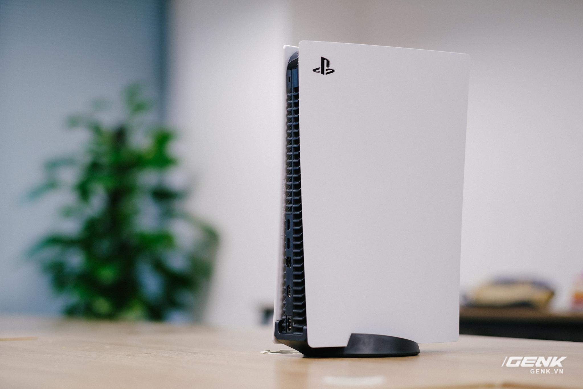 Mở hộp Playstation 5 chính hãng bán tại VN: Cấu hình mạnh, tay cầm xịn, mỗi tội phải mua bia kèm lạc - Ảnh 6.
