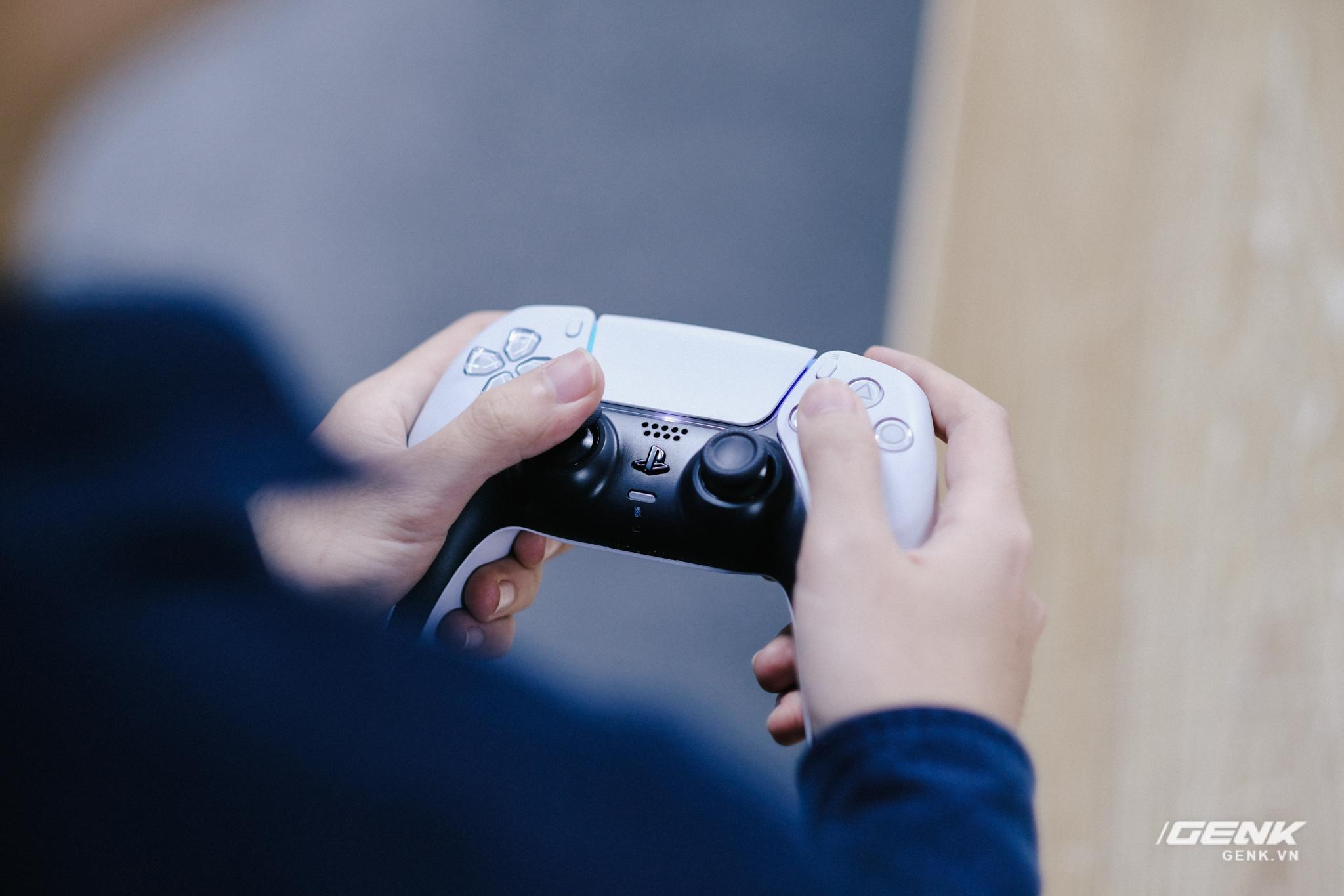Mở hộp Playstation 5 chính hãng bán tại VN: Cấu hình mạnh, tay cầm xịn, mỗi tội phải mua bia kèm lạc - Ảnh 13.