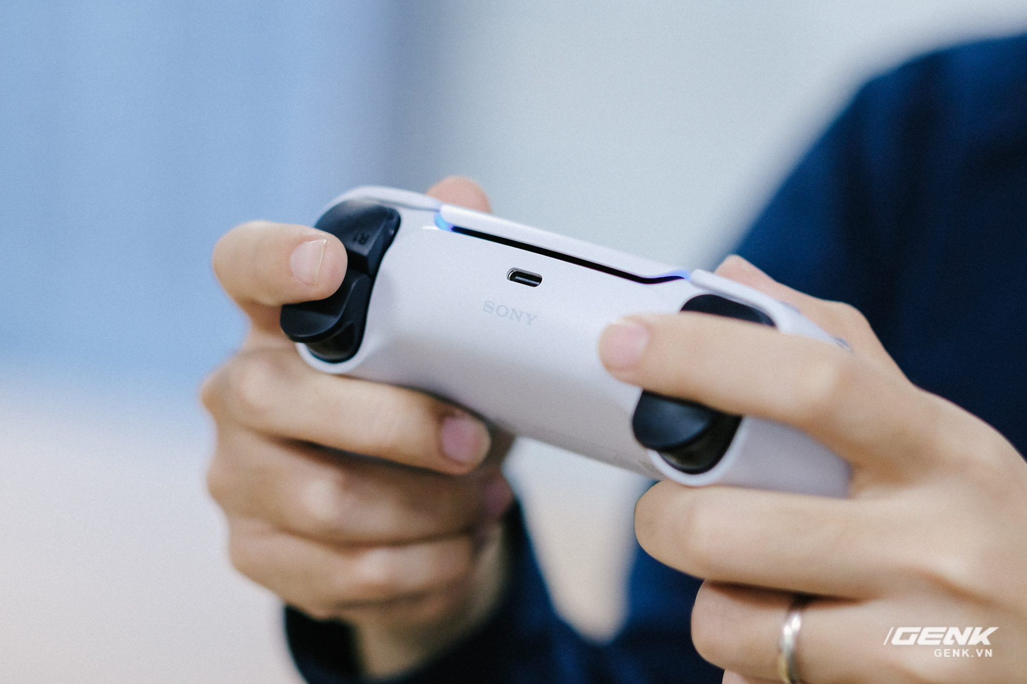 Mở hộp Playstation 5 chính hãng bán tại VN: Cấu hình mạnh, tay cầm xịn, mỗi tội phải mua bia kèm lạc - Ảnh 14.