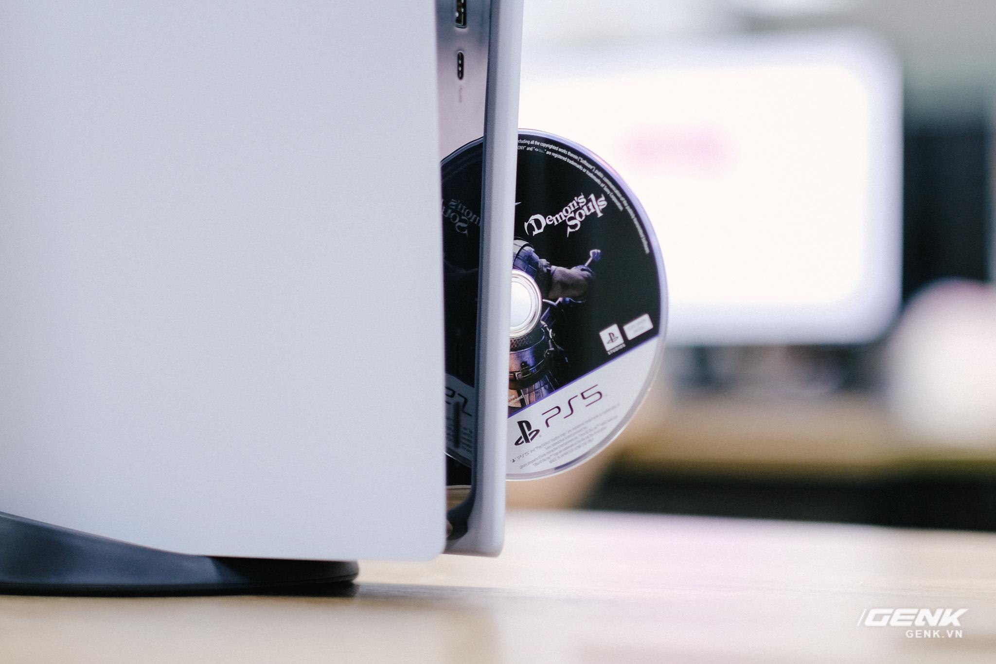 Mở hộp Playstation 5 chính hãng bán tại VN: Cấu hình mạnh, tay cầm xịn, mỗi tội phải mua bia kèm lạc - Ảnh 10.