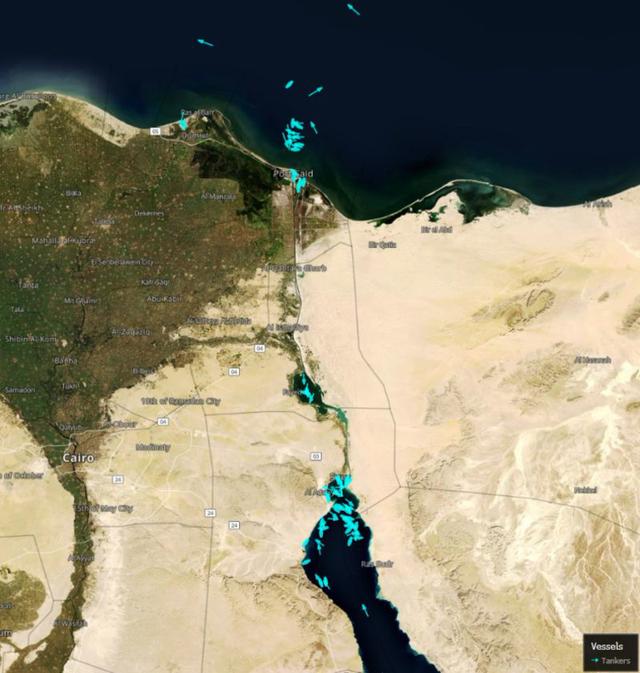 Đại khủng hoảng kênh đào Suez: Số tàu chờ đợi tại 2 đầu kênh đã lên tới 238 chiếc, ít nhất 10 ngày nữa mới có thể giải cứu Ever Given - Ảnh 2.