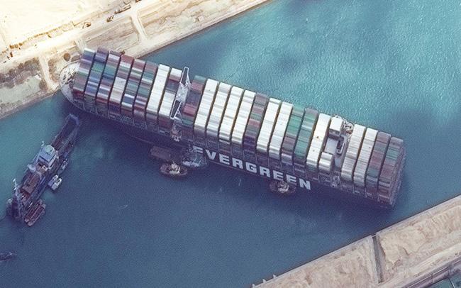 Nỗ lực giải cứu tàu mắc cạn trên Kênh đào Suez lại thất bại, tác động kinh tế bắt đầu lan rộng - Ảnh 1.