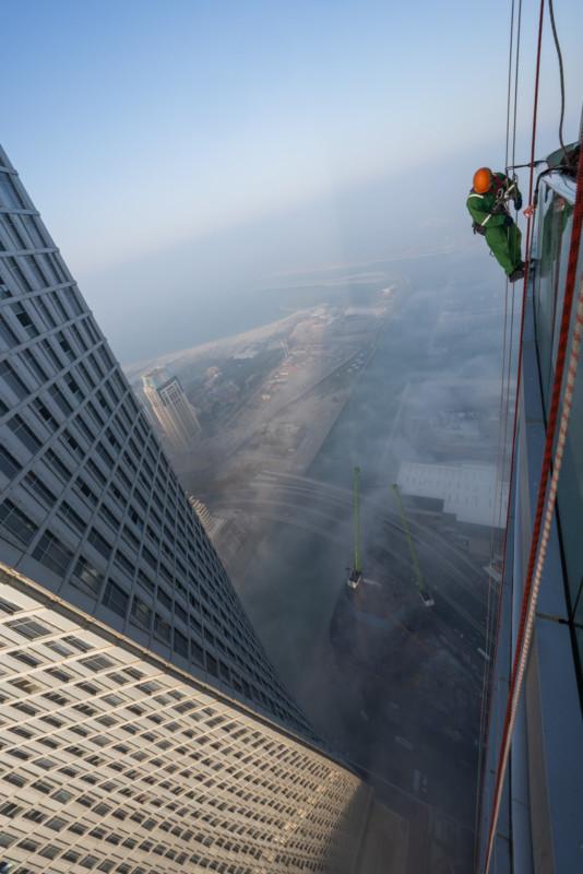 Đổ mồ hôi hột với những bức ảnh về công việc lau cửa kính tại các tòa nhà chọc trời tại Dubai - Ảnh 5.