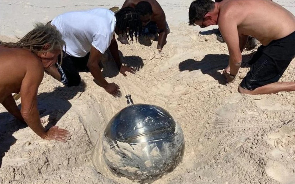 Hé lộ bí mật về quả cầu titan bí ẩn khắc toàn chữ Nga trên bãi biển Bahamas