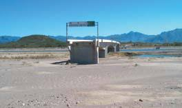 Đen như cầu Choluteca: vừa xây xong thì gặp bão, chẳng hư hại gì nhưng sông lại đột ngột đổi hướng khiến cầu trở nên vô dụng - Ảnh 3.